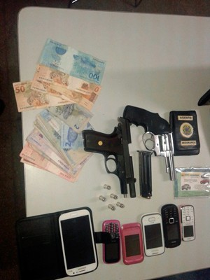 Foram apreendidas armas, celulares, dinheiro e produtos roubados da farmácia na Zona Norte de Natal (Foto: Divulgação/Polícia Militar do RN)