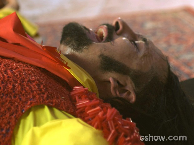 Zelão deita no chão e chora desesperado (Foto: Meu Pedacinho de Chão/TV Globo)