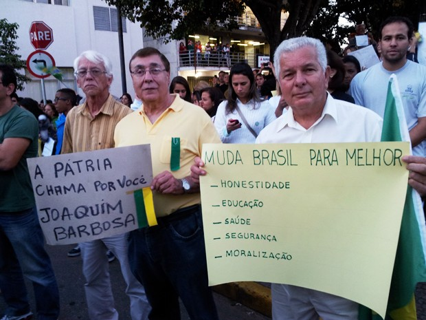 Trio das 'antigas' apoiam juventude durante manifestação em Varginha (Foto: Samantha Silva / G1)