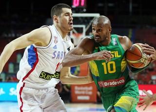 Brasil x Sérvia - Leandrinho disputa jogada (Foto: Gaspar Nóbraga/Inovafoto/Bradesco)