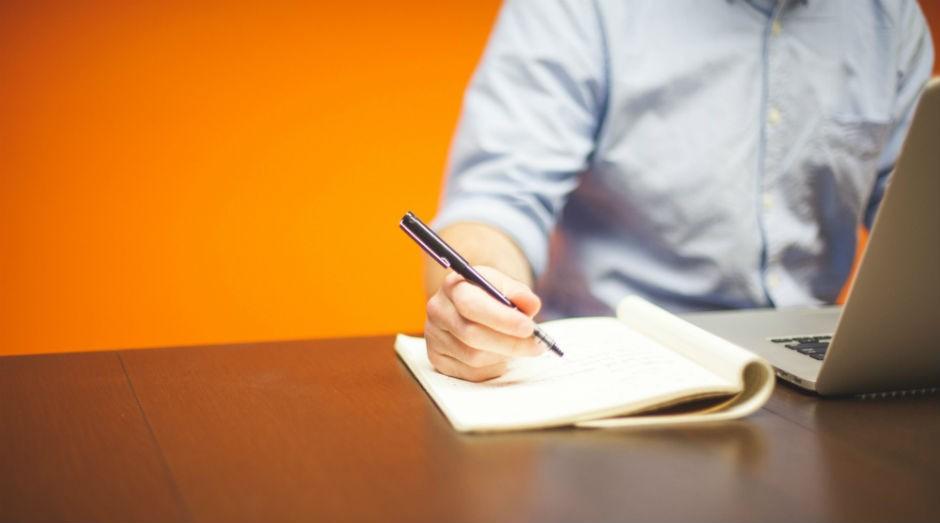empreendedor, trabalhando, escrevendo, papel, mesa de trabalho (Foto: Pexels)