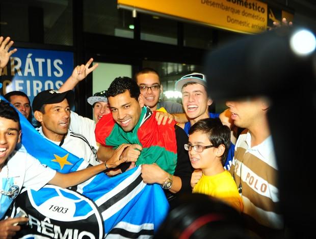 André Santos desembarcou em Porto Alegre e foi recepcionado por gremistas (Foto: Carlos Macedo / Agência RBS)