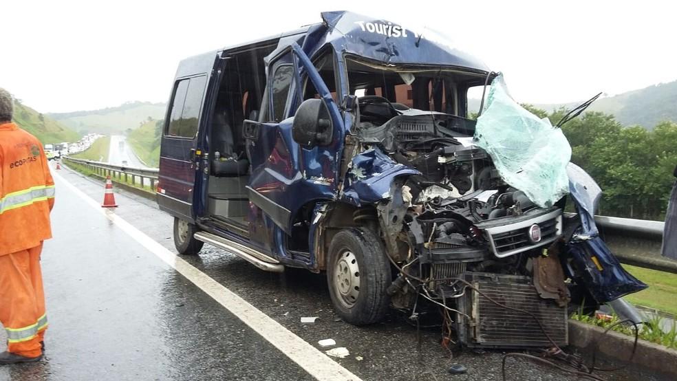 Acidente na Carvalho deixou parte da van destruída no fim desta manhã (Foto: Leonardo Medeiros/G1)