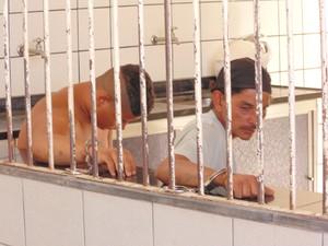 Suspeitos trabalhavam foram detidos desenterrando a droga (Foto: Wilkson Tarres/G1)
