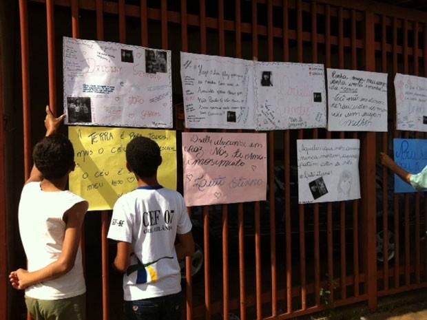 Amigos deixam cartazes na porta de crianças achadas amarradas e carbonizadas no DF (Foto: Luiza Facchina/G1)