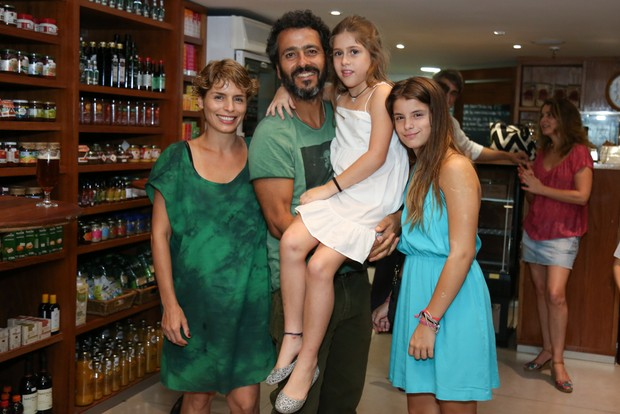 Marcos Palmeira com a mulher, Gabriela Gastal, a filha, Julia, e a enteada, Alicia (Foto: Roberto Filho/Brazil News)