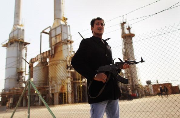 Homem armado vigia porto de Petróleo na Líbia (Foto: Getty Images)