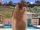 Leticia Santiago posa de biquíni fio-dental e mostra curvas