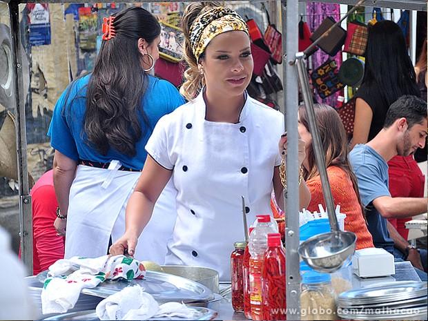 Fernanda Souza não conseguia desgrudar os olhinhos da cena! (Foto: Jacson Vogel / TV Globo)