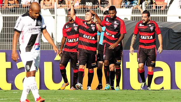 Renato Cajá comemora gol do vitoria contra a Ponte Preta (Foto: Rodrigo Villalba / Agência estado)