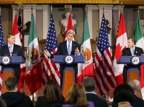 O secretário de Estado dos EUA, John Kerry, fala durante coletiva ao lado dos ministros de Relações Exteriores do Canadá, John Baird (esquerda), e México, José Antonio Meade (direita), no Faneuil Hall, em Boston, no sábado (31) (Foto: AP Photo/Winslow Townson)