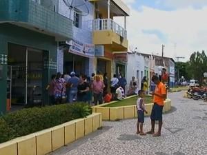 Moradores procuram agência lotérica para transações (Foto: Reprodução/ TV Asa Branca)