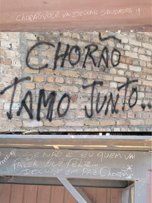 Frases sobre Chorão foram escritas nas paredes do local (Foto: Mariane Rossi/G1)