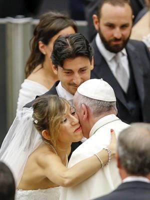 Papa cumprimenta recém-casados em sua audiência semanal no Vaticano  (Foto: Giampiero Sposito/ Reuters)