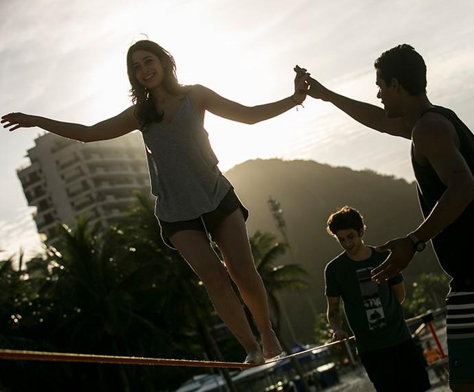 Laís se aventura no slackline (Foto: Inácio Moraes/Gshow)