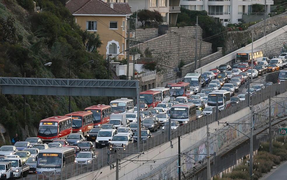 Veículos são vistos em congestionamento após ordem de evacuação de costa por alerta de tsunami em Viña del Mar, no Chile, na segunda-feira (24) (Foto: Reuters/Rodrigo Garrido)