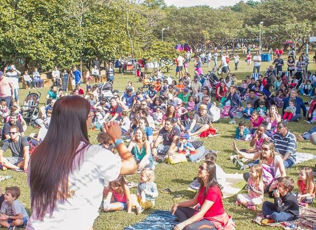 Todas as atrações do SlowKids acontecem na área de piquenique do Parque Villa-Lobos, em meio a árvores e mesas. (Foto: Divulgação / SlowKids)