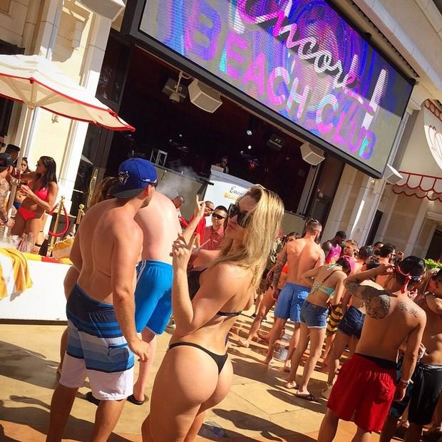 De biquíni, Laura Keller se diverte em festa na piscina de um hotel em Las Vegas, nos Estados Unidos (Foto: Instagram/ Reprodução)