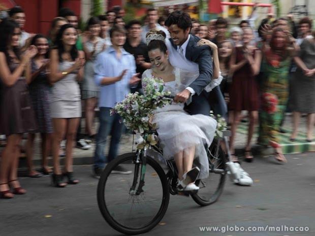 #Brutinha bicicleta  (Foto: Malhação / TV Globo)