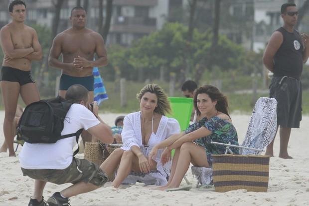 Flavia Alessandra e Fernanda Paes Leme gravam Salve Jorge na praia do Recreio dos Bandeirantes, RJ (Foto: Dilson Silva / Agnews)