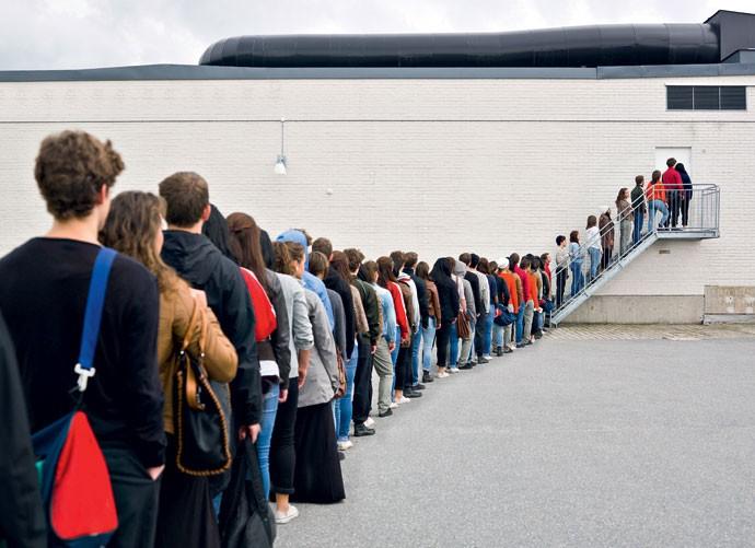 PAGUE POR UM LUGAR NA FILA E FIQUE EM CASA / RESERVADO - Imagine se você pudesse pagar para alguém segurar seu lugar na fila do show, do cinema, do estádio. Nos Estados Unidos isso já é possível: uma empresa oferece o serviço para quem não tem tempo para filas. Eles pagam um valor para mendigos ficarem ali até chegar a sua hora de entrar. (Foto: Getty Images/ iStockphoto)