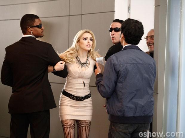 A patricinha tentou invadir o palco para impedir que Davi seja expulso do concurso (Foto: Inácio Moraes/TV Globo)