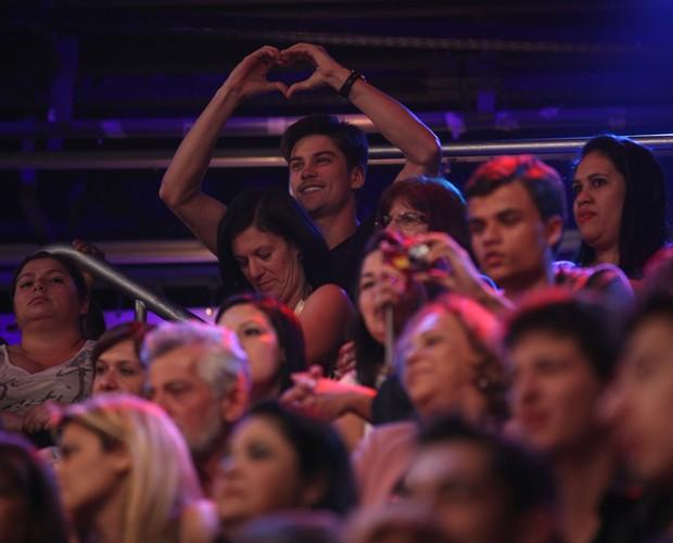 Raphael Sander, o namorado de Carol Castro, manda um coraçãozinho para a amada (Foto: Domingão do Faustão / TV Globo)