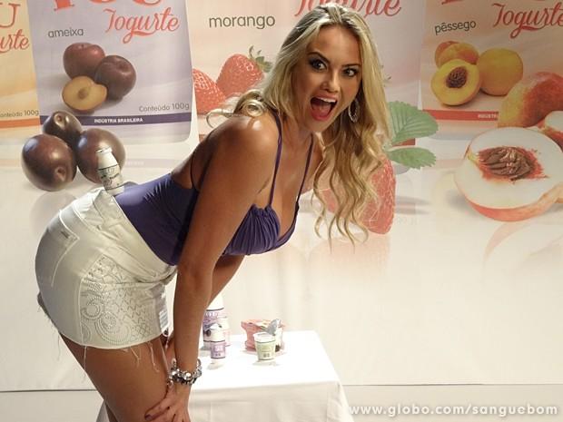 Mulher Mangaba sensualiza para vender iogurte (Foto: Sangue Bom/TV