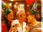 Com champanhe, amigas e strippers, Miley Cyrus festeja seus 21 anos