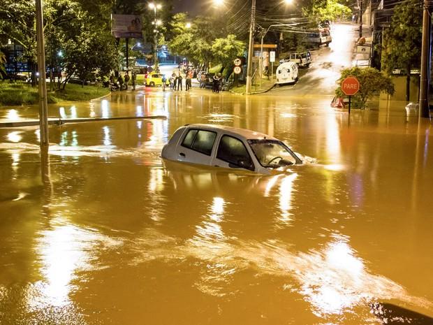 Um carro submerso é visto no Centro de Caieiras, na Grande São Paulo, na madrugada desta sexta-feira (11). Pessoas ficaram ilhadas e alguns veículos foram arrastados pelas águas após fortes chuvas (Foto: Nivaldo Lima/Futura Press/Estadão Conteúdo)