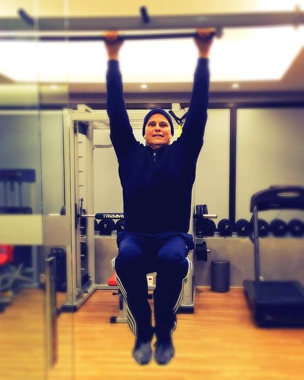 Edson Celulari posa fazendo exercícios: 'Cada dia melhor'