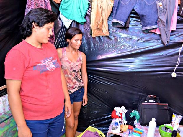 Rita e Luciana tentam criar uma rotina em abrigo público (Foto: Rayssa Natani / G1)