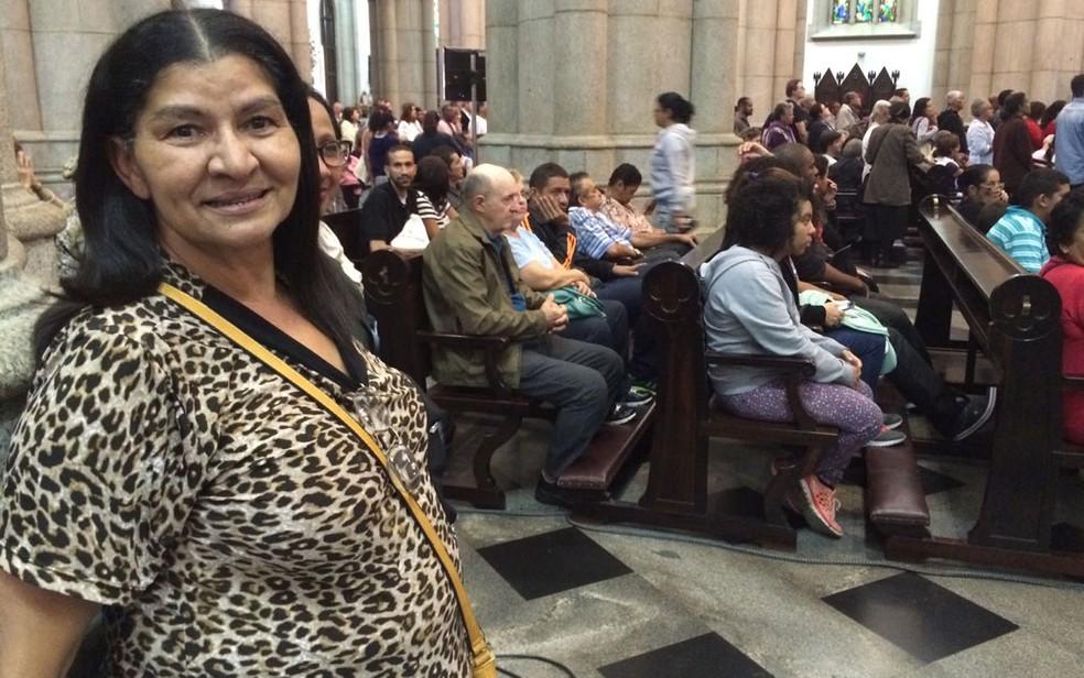 A professora Maria do Carmo Souza, 60 anos, foi ver a missa em homenagem a Dom Paulo Evaristo Arns (Foto: Tahiane Stochero/G1)