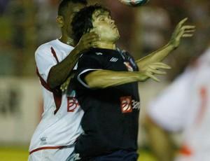 Berg disputa bola contra o Cametá. Lateral foi um dos melhores em campo (Foto: Marcelo Seabra/O Liberal)