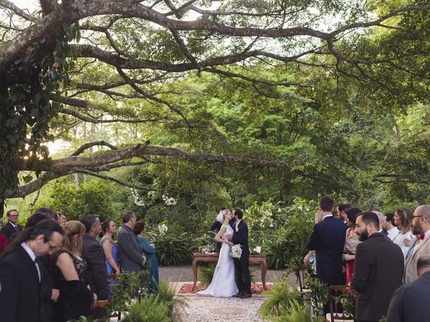Poeta pediu a professora em casamento em dedicatória impressa em 450 cópias do livro de sua autoria (Foto: Andressa Barros e Gean Dittmam/Divulgação)