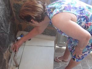 Dona Cleuda diz que há anos sofre com a falta de água na sua casa (Foto: Michelle Farias/G1)