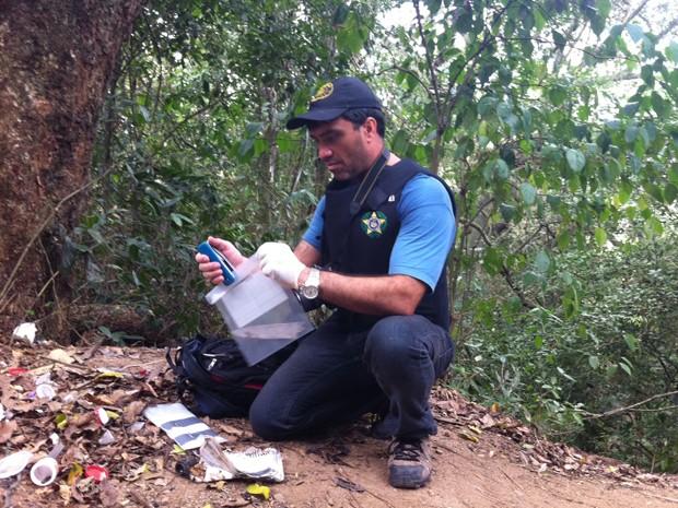 Lâmina foi encontrada no acampamento que a polícia acredita ser de traficantes (Foto: Janaína Carvalho/G1)