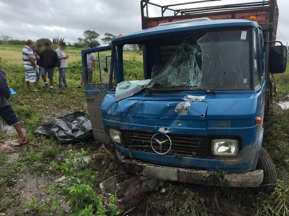 Motorista perdeu o controle do caminhão na BR-232 em Bezerros (Foto: Anderson Melo/TV Asa Branca)