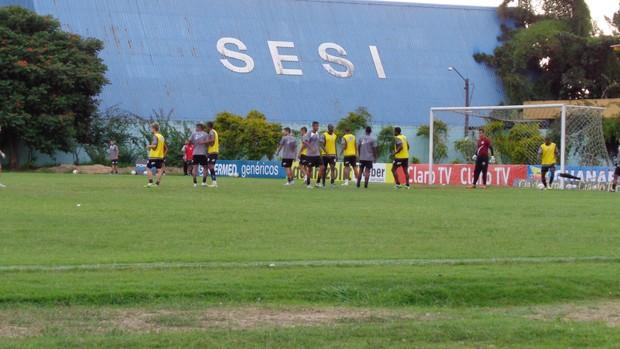Jogadores do Resende treinam jogadas de escanteio (Foto: Vinicius Lima (GLOBOESPORTE.COM))