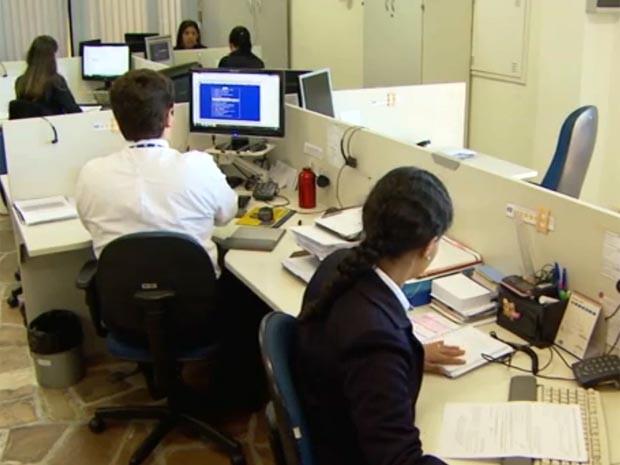 Funcionários do Ciee de Campinas selecionam estagiários (Foto: Reprodução / EPTV)