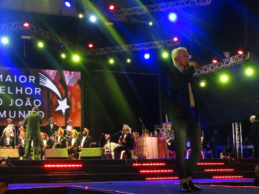 Onildo Almeida cantou 'A Feira de Caruaru' (Foto: Joalline Nascimento/G1)