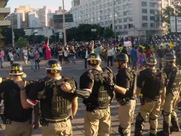 Batalhão de Choque da Polícia Militar faz cerco na Praça da Estação, em BH. (Foto: Reprodução/ TV Globo)
