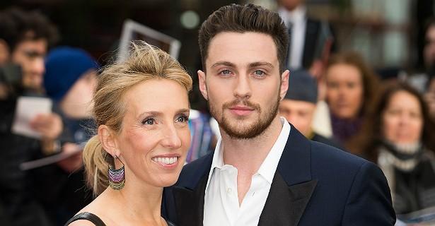 Sam Taylor-Wood, diretora de 'Cinquenta Tons de Cinza', virou Sam Taylor-Johnson em 2012, quando se casou com o ator Aaron Johnson. Ela tem 47 anos de idade. Ele, quase metade: 24. (Foto: Getty Images)