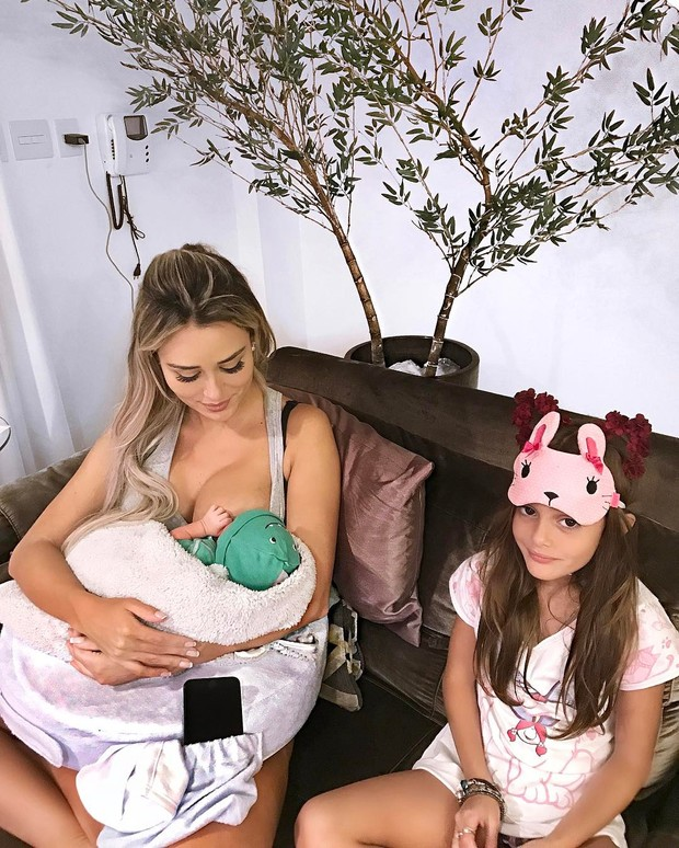 Letícia Santiago com o filho e  afilha Julia (Foto: Reprodução/Instagram)
