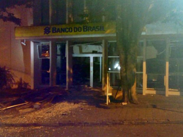 Fachada do banco ficou danificada após explosão no Centro de Campos Gerais (MG) (Foto: Reprodução EPTV)