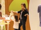 Fernanda Rodrigues exibe barriguinha em dia de compras com a filha
