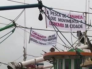 Pescadores colocaram faixas em sinal de protesto (Foto: Reprodução / TV Tribuna)