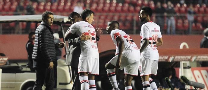 Wilder Guisao comemora com Osorio o gol do São Paulo (Foto: Marcos Ribolli)