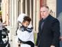 Kim Kardashian é clicada em Nova York com a filha após assalto