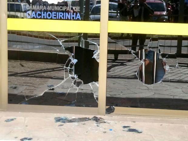 Vidraças da Câmara foram quebradas na confusão (Foto: Jonas Campos/RBS TV)